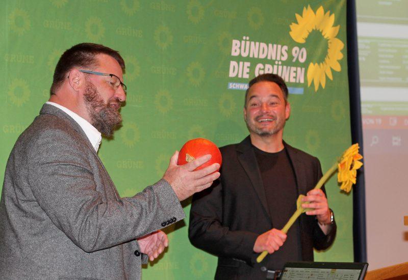 Dr. Günter Räder (KV OAL) gratuliert Daniel zur Nominierung.